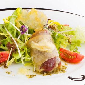 Croustillant de Saint Nectaire, viande des grisons, mousserons et mesclun de salade