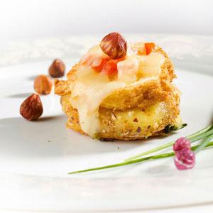 Millefeuille de Saint-Nectaire fondu sur sa chiffonade de salade