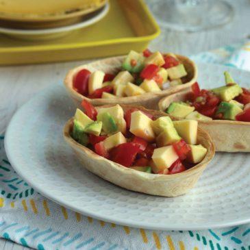 Petites barquettes de salsa d'avocat, tomates et Saint-Nectaire