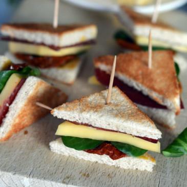 Mini club sandwich Coppa, tomates séchées et Saint-Nectaire