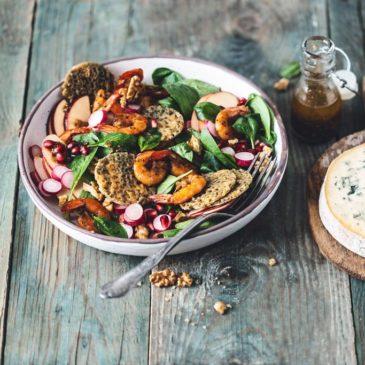 Salade colorée aux crevettes grillées et chips de Fourme d'Ambert
